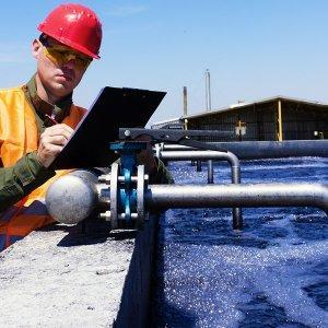 inżynier kontrolujący proces uzdatniania wody